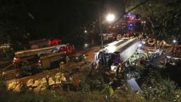 Pri Hongkongu havaroval dvojposchodový autobus, hlásia obete
