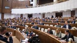Rokovanie parlamentu aj o korupcii a príplatkoch za prácu