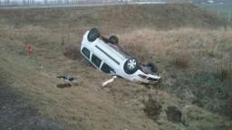 Nehoda na diaľnici D4, auto skončilo prevrátené v poli