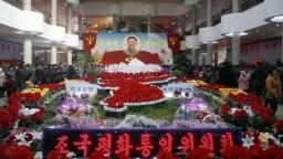 V Severnej Kórei prebiehajú slávnosti, pripomínajú si zosnulého vodcu