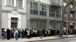 Nezamestnaní sa dostanú k dávkam ľahšie, poberateľov i tak ubúda
