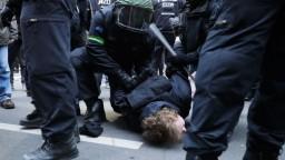 Demonštranti spievali nacistickú pieseň, polícia ich rozohnala