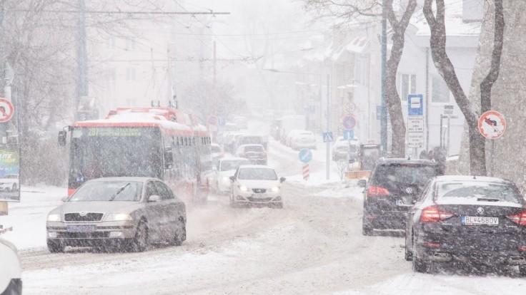 Kolóny, dopravné nehody, meškanie MHD. V Bratislave nasnežilo