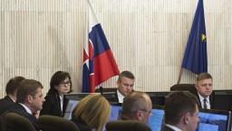 Rokovanie vlády o dekriminalizácii, boji proti teroru i zájazdoch