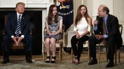 Trump prijal študentov a učiteľov, hovoril so svedkami floridskej masakry