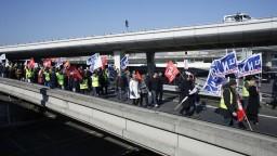 Odletela len polovica letov, zamestnanci Air France štrajkujú