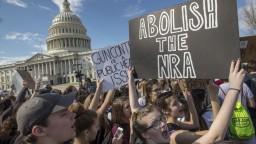 Prísnejší zákon o zbraniach? Kongresmani váhajú