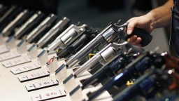 Biznis alebo bezpečnosť? Kongresmani sa k predaju zbraní stavajú laxne