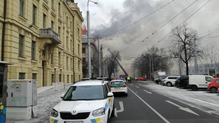 Po hodinách sa podarilo uhasiť strechu košického daňového úradu