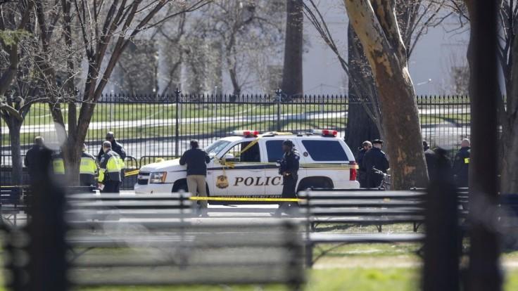 Pred Bielym domom sa postrelil muž, zraneniam podľahol