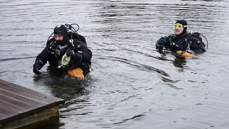 Pod korčuliarmi sa preboril ľad, potápači stále hľadajú jednu osobu