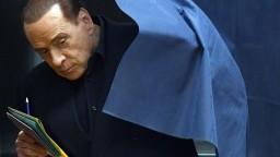 Podľa prieskumov vyhrala talianske voľby koalícia na čele s Berlusconim