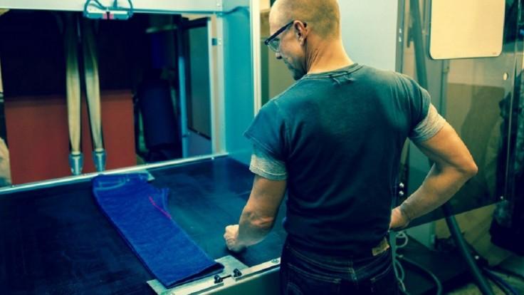 Systém F.L.X. s pomocou lasera urýchli finálnu úpravu džínsov