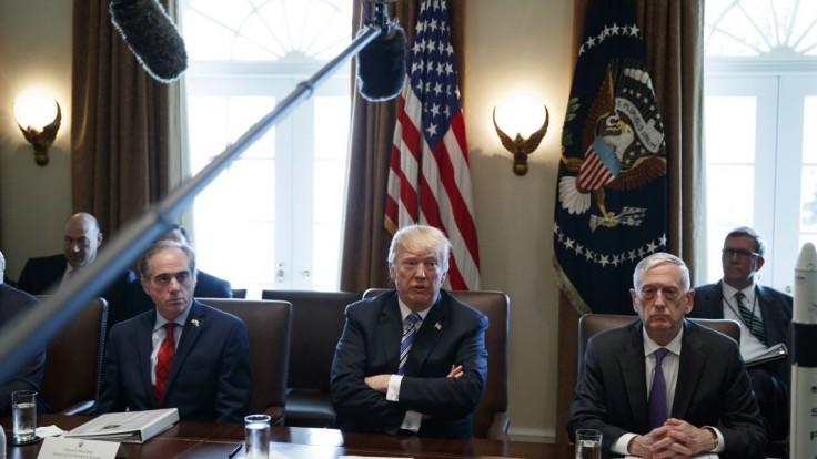Trump sa rozlúčil so svojím exporadcom originálnym spôsobom