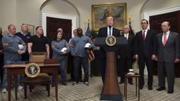 Trump splnil hlavný predvolebný sľub, podpísal zavedenie ciel