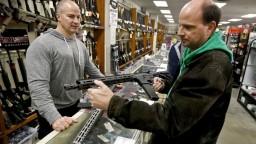 Násilníci by sa nemali dostať k zbraniam, v USA pripravujú zákon