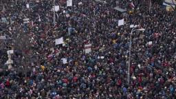 Do ulíc slovenských miest vyšli desaťtisíce ľudí. Štrngali kľúčmi