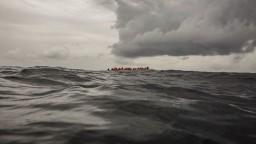 Pobrežná stráž zachránila stovky migrantov, akciu označili za desivú
