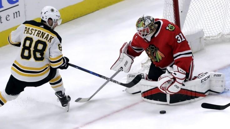 NHL: Chára strelil jediný gól Bostonu pri prehre s Chicagom, Pánik nebodoval