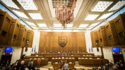 Rokovanie parlamentu aj o opozičných návrhoch