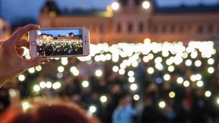 Fotogaléria: Ľudia na námestiach žiadali predčasné voľby