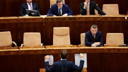 Opozícia predložila do parlamentu návrh na predčasné voľby