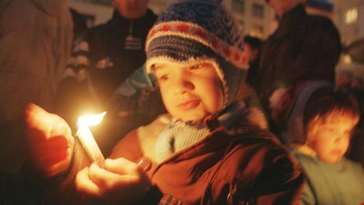 Historici žiadajú chýbajúce materiály o sviečkovej manifestácii