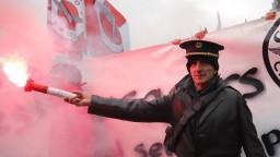 Štrajky zatienili kauzu okolo Sarkozyho. Pozornosť sa upriamila na Macrona