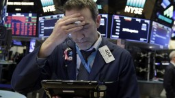 Svetové burzy zaznamenali pokles, investorov znepokojili nové clá