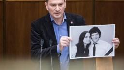Matovič ukázal fotografiu Kuciaka a Kušnírovej, vykázali ho