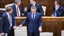 Hlasovanie o dôvere vlády sa odkladá, vystúpiť chcú ďalší poslanci