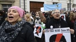 Poľsko zasiahli veľké protesty, ľudia bojujú za práva žien