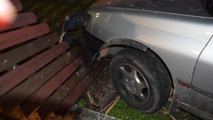 Tragickú nehodu v Mikuláši neprežili dve osoby, auto zachvátil požiar