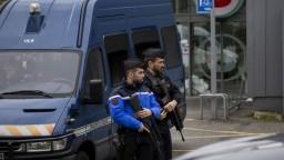 Francúzska polícia našla v dejisku krvavého útoku výbušné zariadenia