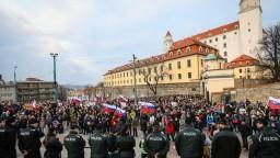 Stovky demonštrantov pred parlamentom žiadali predčasné voľby