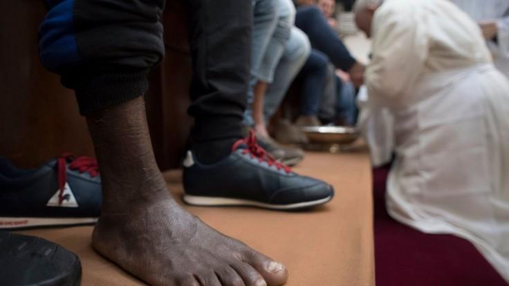 Fotogaléria: Pápež vykonal tradičný obrad, umyl nohy väzňom