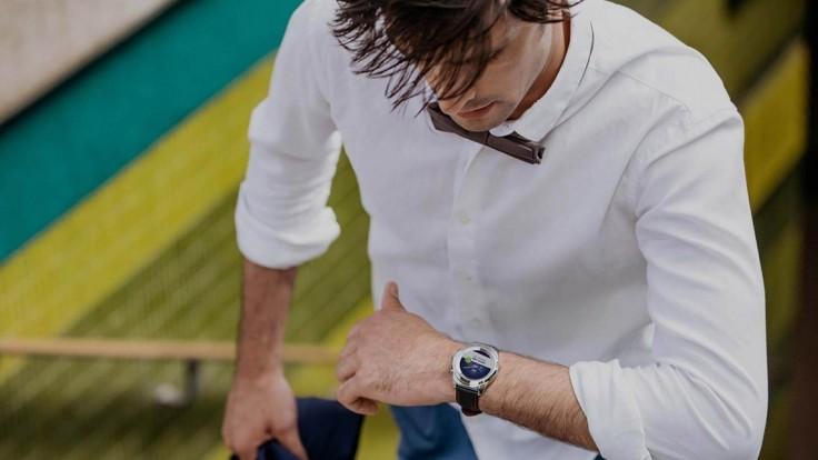 Klasické švajčiarske hodinky zažiaria s moderným displejom