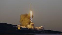 Raketa Falcon 9 vyniesla na orbit desať satelitov