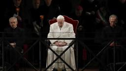 Pápež sledoval krížovú cestu v Koloseu, Rím strážili tisíce policajtov