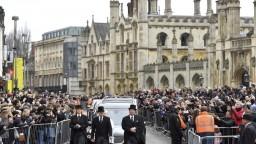 Cambridge zaplnili trúchliaci ľudia, lúčili sa s uznávaným géniom