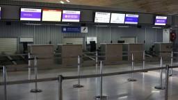 Cestujúci uviazli počas sviatkov na letiskách, zamestnanci štrajkovali