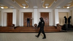 Praha vydala údajného ruského hackera do USA, Rusko je pobúrené