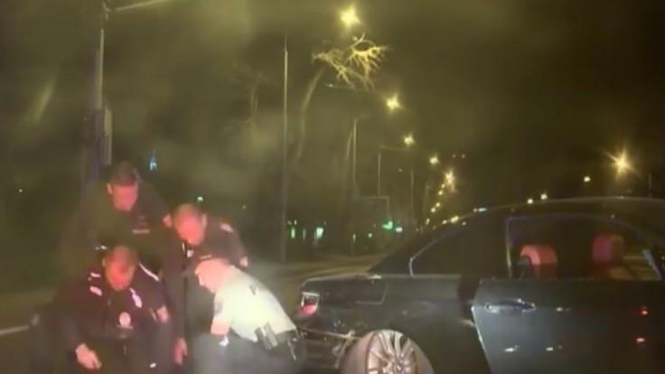 Mladá žena unikala policajtom, naháňačku ukončil náraz