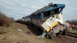 Na východe sa zrazil vlak s nákladiakom. Vodič auta neprežil