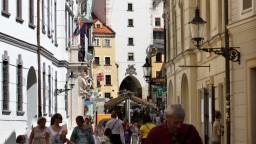 Slovensko opúšťa menej ľudí, pracujúcich cudzincov pribúda