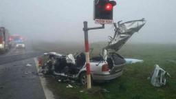 Vlak na priecestí úplne zdemoloval auto, časť posádky zahynula