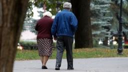 Dôchodcov u nás pribúda, pracujúcich je stále menej