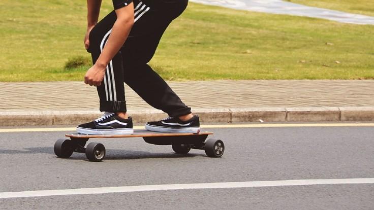 Elektrický longboard Pomelo Pro s mimoriadne dlhým dojazdom