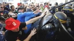 Pokojný protest sa zvrhol, zásah polície si vyžiadal zranených
