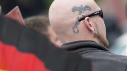 Na Hitlerove narodeniny sa stretávajú stovky európskych neonacistov